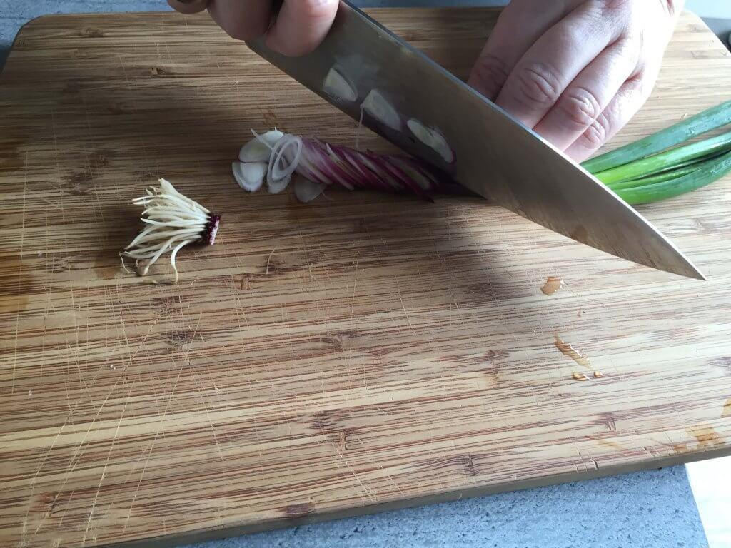 6. Alle Zwiebeln in kleine Scheibchen schneiden