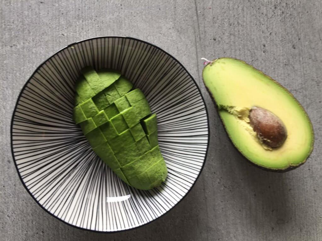 7. Eine halbe Avocado schälen und in kleine Würfel schneiden