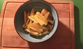 Kartoffelstreifen in eine Schale geben