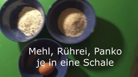 Mehl, Ei und Panko in drei Schalen geben