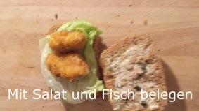 Dann ein Blatt Salat und Fisch darauf